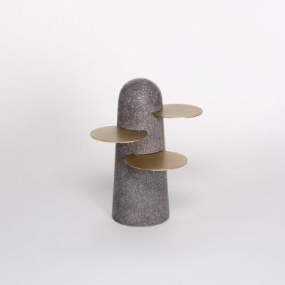BoBo Beistelltisch   Dunkler Terrazzo mit Messingblättern