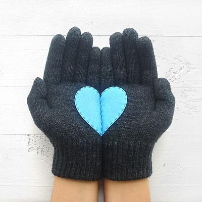Dunkelgraue Handschuhe mit blauem Herz