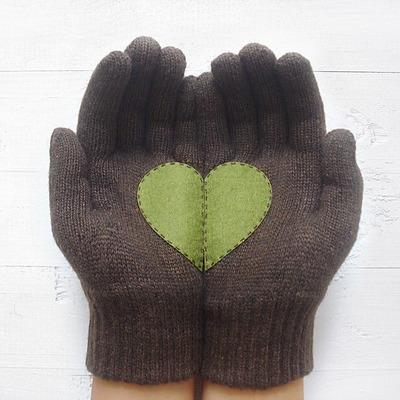 Braune Handschuhe mit grünem Herz