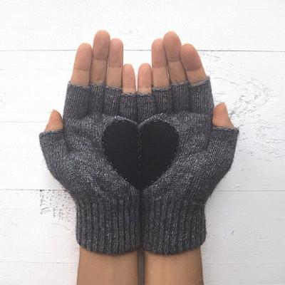 Handschuhe ohne Fingerspitzen   Stahlgrau mit Schwarzem Herz