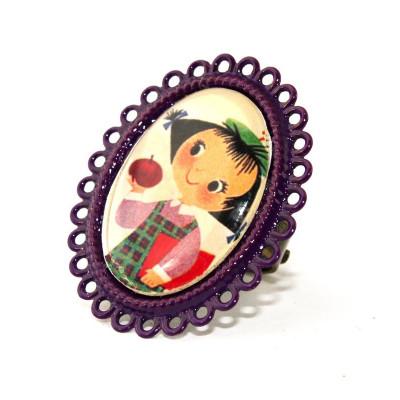 Apfelmädchen auf lila ovalem Ring