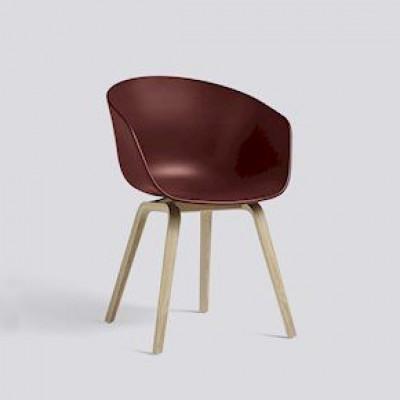 Über einen Stuhl | Mattes Eichenfurnier