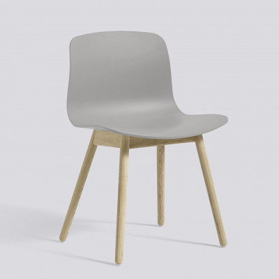 Über einen Stuhl AAC12 | Eingeseiftes Eiche massiv & Betongrau