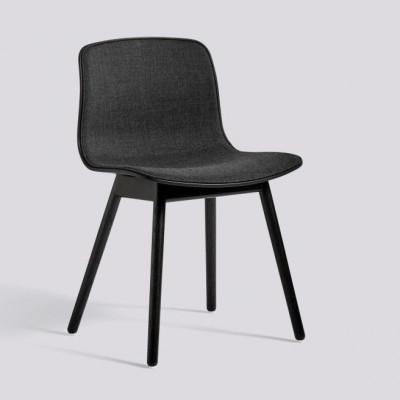 Über einen Stuhl AAC12 | Schwarz gebeizte Eiche massiv & schwarze Polsterung