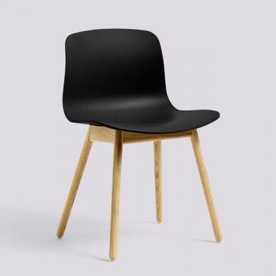 Über einen Stuhl AAC12 | Matt lackierte Eiche massiv & Schwarz