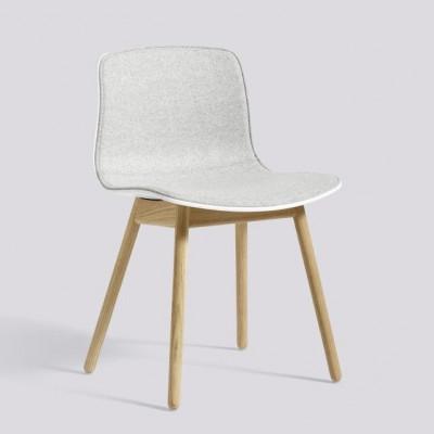 Über einen Stuhl AAC12 | Matt lackiert Eiche massiv & Weiß Frontpolsterung