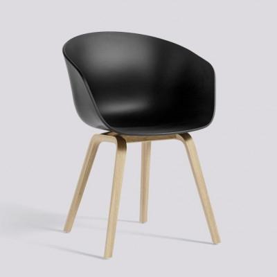 Über einen Stuhl AAC22 | Matt lackiertes Eichenfurnier & Schwarz