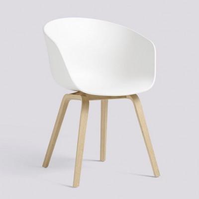 Über einen Stuhl AAC22 | Mattlackiertes Eichenfurnier & Weiß