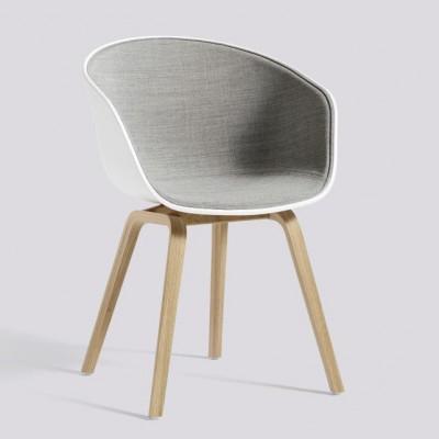 Über einen Stuhl AAC22 | Eiche Furnier matt lackiert & weiß / Remix 123 Frontpolsterung