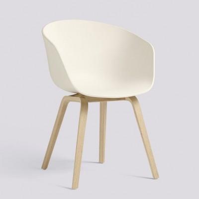 Über einen Stuhl AAC22 | Mattlackiertes Eichenfurnier & Creme