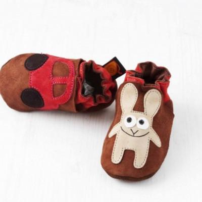 Braunes Kaninchen mit Autosoftsole-Schuhen
