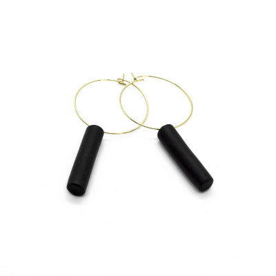 Gold-Hoop-Ohrringe   Schwarzer Steg-Anhänger