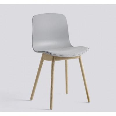 Über einen Stuhl AAC12 | Matt lackierte Eiche massiv & Beton grau Sitzpolster