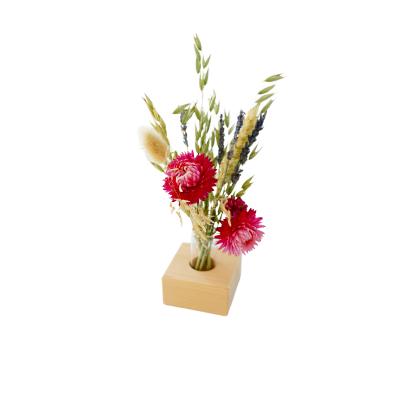Getrockneter Blumenstrauß mit Holzhalterung