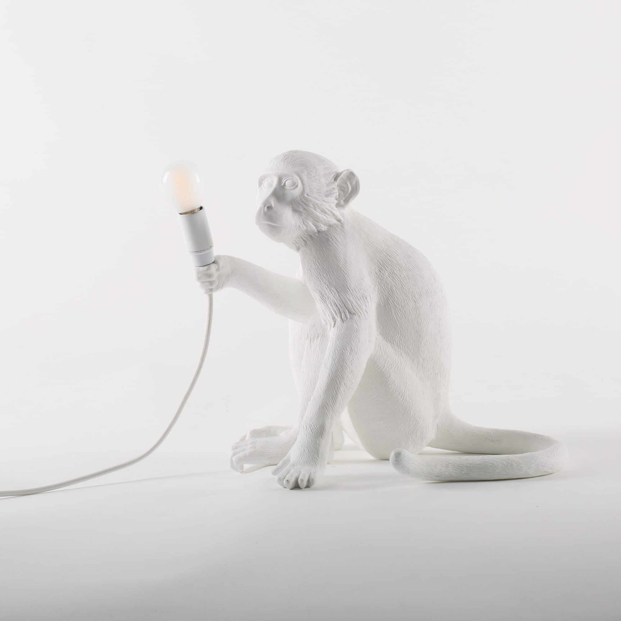 Lampenaffe Sitzend | Weiß