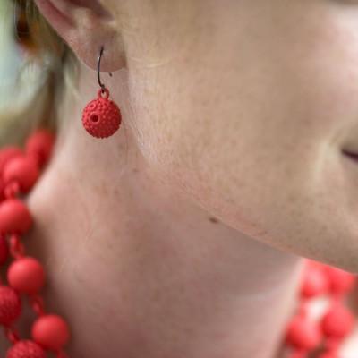 Strukturierte Kugel-Ohrringe - Rot