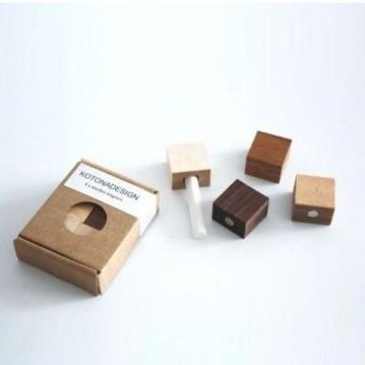 Kiste mit Holzmagneten und Kreide