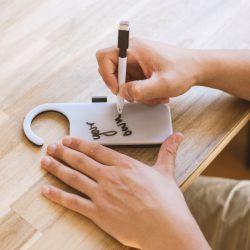 Leuchtendes Türschild mit Stift
