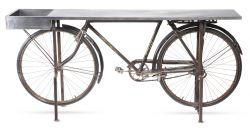 Tisch mit Fahrrad