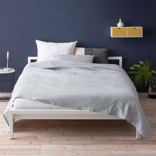 Hans Hansen Furniture | Pures Interieur: Schlichte Betten & Beistelltische