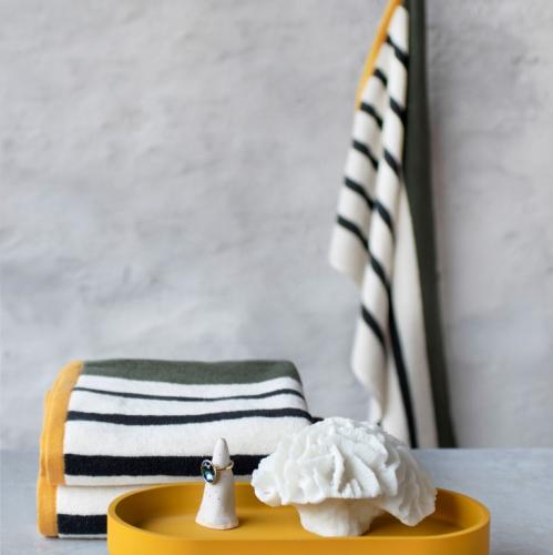 Mette Ditmer | Minimalistisches Bett und Badezimmer